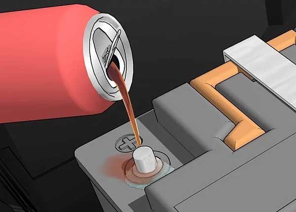 làm sạch cọc bình acquy bằng coca