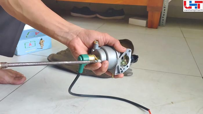 Tháo ở bộ chế hòa khí máy phát điện